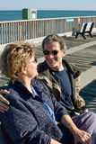 Couples aînés heureux sur la promenade Photo libre de droits