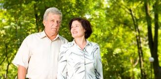 Couples aînés heureux wallking Photos libres de droits