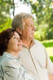Couples aînés marchant à l'extérieur images libres de droits