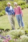 Couples aînés marchant dans le jardin Photo libre de droits