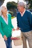 Couples aînés marchant en stationnement ensemble Photos libres de droits