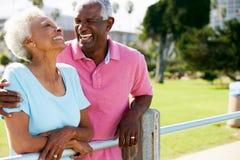 Couples aînés marchant en stationnement ensemble Images stock