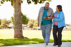 Couples aînés marchant en stationnement ensemble Photographie stock