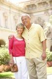 Couples aînés marchant par la rue de ville images stock