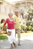 Couples aînés marchant par la rue de ville Photographie stock libre de droits