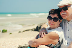 Couples aînés marchant sur la plage Photos libres de droits