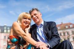 Couples aînés pendant la source dans la ville Image libre de droits