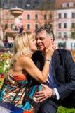 Couples aînés pendant la source dans la ville Photographie stock libre de droits