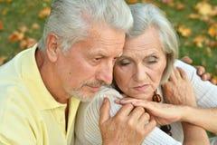 Couples aînés pensifs Photographie stock libre de droits