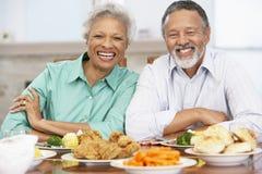 Couples aînés prenant le déjeuner à la maison Photographie stock libre de droits