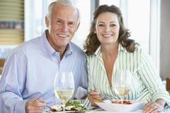 Couples aînés prenant le déjeuner à un restaurant Images libres de droits
