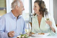 Couples aînés prenant le déjeuner à un restaurant Photo stock