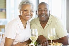 Couples aînés prenant le déjeuner ensemble Photo libre de droits