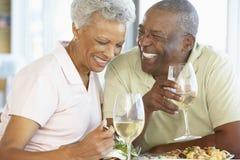 Couples aînés prenant le déjeuner ensemble Photographie stock libre de droits