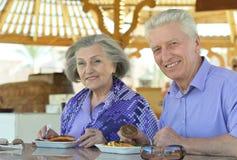 Couples aînés prenant le petit déjeuner Photographie stock