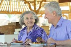 Couples aînés prenant le petit déjeuner Image stock