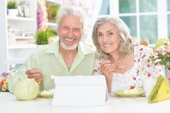 Couples aînés prenant le petit déjeuner Photos stock
