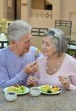 Couples aînés prenant le petit déjeuner Photographie stock libre de droits