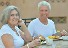 Couples aînés prenant le petit déjeuner Photos libres de droits