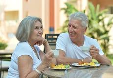 Couples aînés prenant le petit déjeuner Photo stock