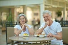 Couples aînés prenant le petit déjeuner Images stock