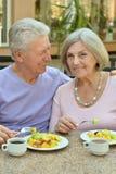 Couples aînés prenant le petit déjeuner Images libres de droits