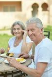 Couples aînés prenant le petit déjeuner Photo libre de droits
