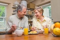Couples aînés prenant le petit déjeuner ensemble Photographie stock libre de droits