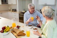Couples aînés prenant le petit déjeuner ensemble Images stock