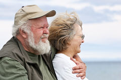 Couples aînés regardant à l'extérieur l'eau Photographie stock