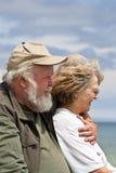 Couples aînés regardant à l'extérieur l'eau Photos libres de droits