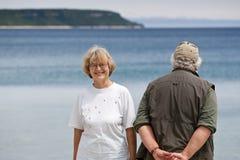Couples aînés regardant dans des sens opposés Photographie stock libre de droits