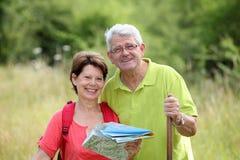 Couples aînés regardant la carte Photographie stock libre de droits