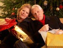 Couples aînés retournant après des achats de Noël Photo stock
