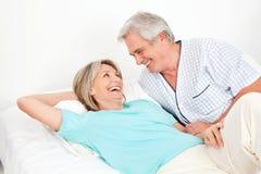 Couples aînés riant dans le bâti Photographie stock