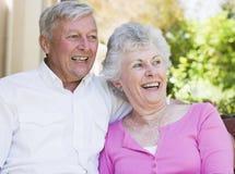 Couples aînés riant ensemble Images libres de droits