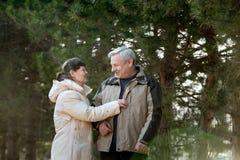 Couples aînés riant ensemble Image libre de droits
