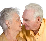Couples aînés romantiques embrassant pour embrasser Photo libre de droits