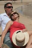 Couples aînés romantiques sur la plage Photographie stock libre de droits