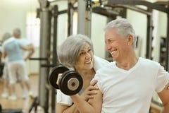 Couples aînés s'exerçant en gymnastique Image stock