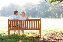 Couples aînés se reposant à l'extérieur Photo libre de droits