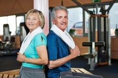 Couples aînés se reposant dans la forme physique Image libre de droits