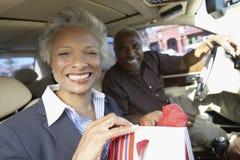 Couples aînés se reposant dans le véhicule, sur le voyage d'achats Images stock