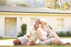 Couples aînés se reposant en dehors de la maison rêveuse Photos libres de droits