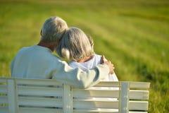 Couples aînés se reposant sur le banc Images libres de droits
