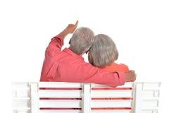 Couples aînés se reposant sur le banc Photos stock