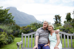 Couples aînés se reposant sur le banc Photo libre de droits