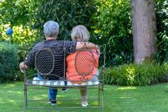 Couples aînés se reposant sur le banc Images stock