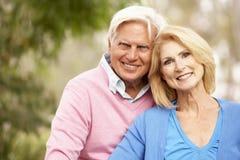 Couples aînés se reposant sur le mur Photo libre de droits