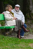 Couples aînés se reposant sur un banc Photo libre de droits